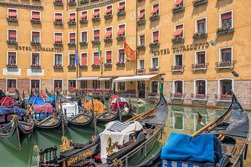 Gondeln vor Hotel Cavalletto in Venedig von Richard van der Woude