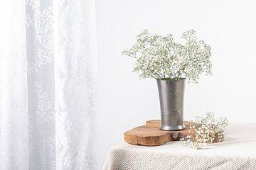 Klassische Vase mit Gypsophilie von Marian Waanders