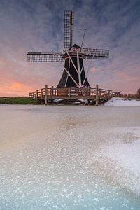 Coucher de soleil près d'un moulin à vent à Groningen, Pays-Bas sur Vincent Alkema