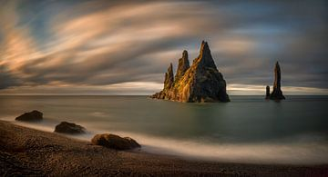 Reynisdrangar rocks sunrise sur Wojciech Kruczynski