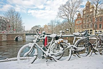 Besneeuwd Amsterdam in de winter in Nederland van Nisangha Masselink