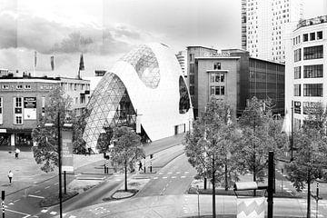 Architectuur Blob Eindhoven in zwartwit op 18 septemberplein van Marianne van der Zee