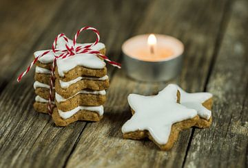 Advent- en kerststilleven met stapeltje sterrenkoekjes en kaarslicht van Alex Winter