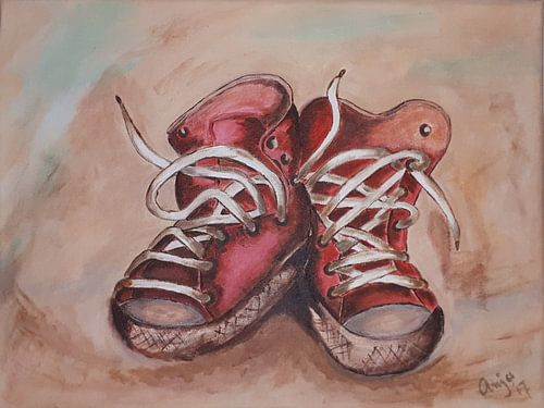 Rode, oude sneakers van