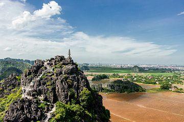 Wandeltocht naar de top van de berg in Ninh Bihn, Vietnam. van Niels Rurenga