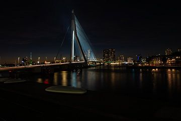 Erasmusbrug Rotterdam bij nacht met de verlichte skyline sur Brian Morgan