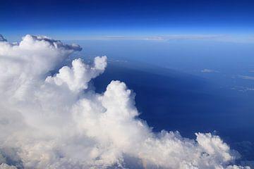Witte wolken en blauwe lucht op grote hoogte van Bobsphotography
