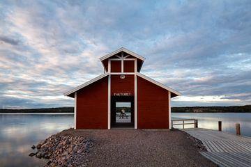 Idyllic Boathouse au bout d'une jetée du lac Siljan en Suède sur Jasper den Boer