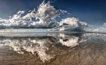 Reflectie van wolken bij Rottumeroog van Frans Lemmens