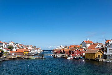Uitzicht op het dorp Gullholmen in Zweden van Rico Ködder