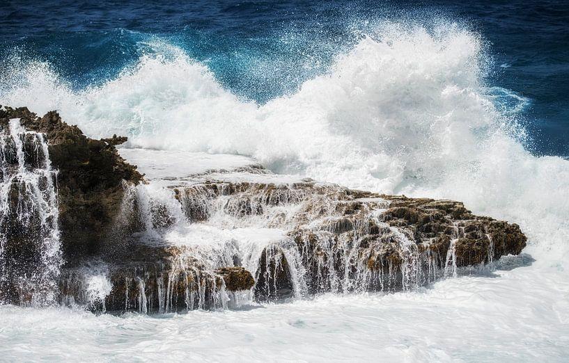 Hoge golven, woeste zee, sfeerfoto, Shete Boka Curacao van Keesnan Dogger Fotografie