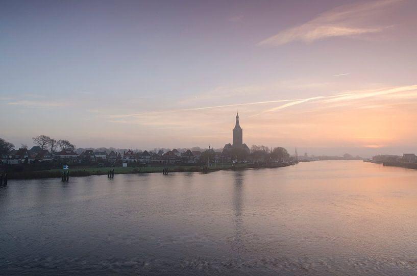 Hasselt (ov) in de mist tijdens zonsopgang van Martin Bredewold