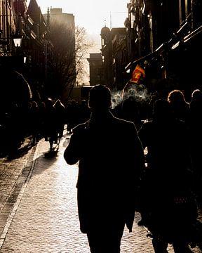 Rokende man op straat van zeilstrafotografie.nl