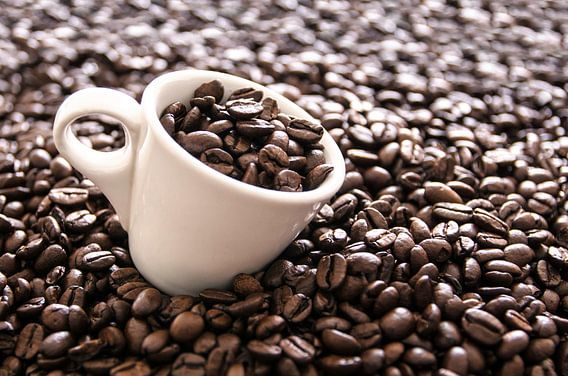 Espressokopje en koffiebonen_liggend