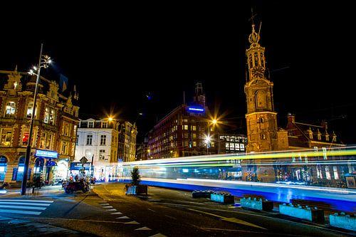 Tram op muntplein in  de avond