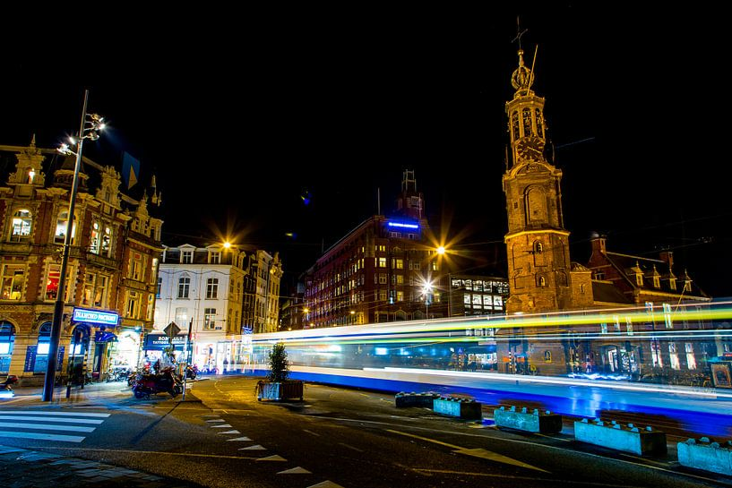 Tram op muntplein in  de avond van Sjoerd Tullenaar