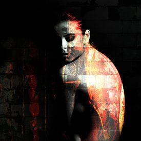 Portret van topless vrouw in het donker / naakt / rug / grunge / abstract / muur / baksteen / oranje van Art By Dominic