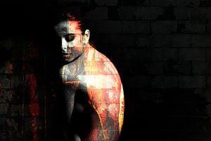 Portret van topless vrouw in het donker / naakt / rug / grunge / abstract / muur / baksteen / oranje van