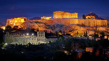 Die Akropolis von Athen in Griechenland beleuchtete durch künstliches Licht gegen einen blauen Himme von Riekus Reinders
