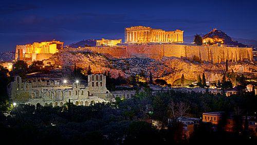 de Akropolis in Athene in de schemering na zonsondergang