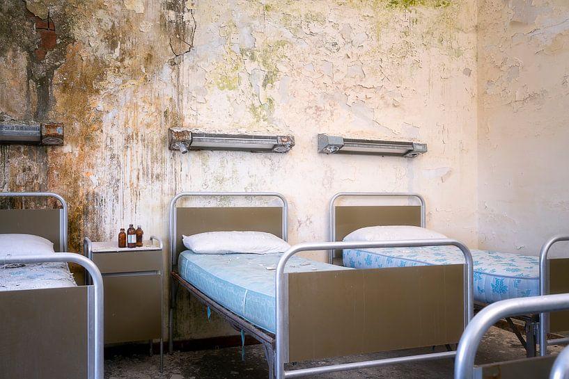Verlaten Bedden in Kamer. van Roman Robroek