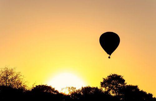 Luchtballon tijdens zonsondergang van