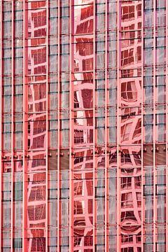 Réflexion sur la surface du verre d'un gratte-ciel rouge sur Tony Vingerhoets