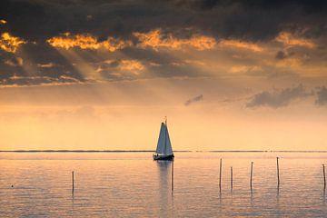 Segelschiff an einem Spätsommerabend auf dem IJsselmeer bei Stavoren von Harrie Muis