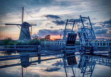 Windmühlen von Kinderdijk mit Brücke bei Sonnenuntergang von Marjolein van Middelkoop