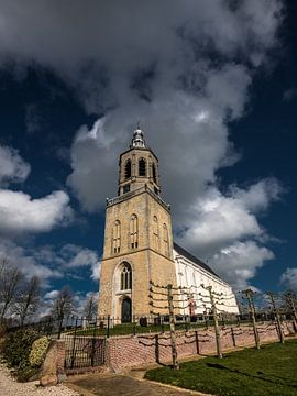 Centrale kerk en toren van het Friese plaatsje Dronrijp van Harrie Muis