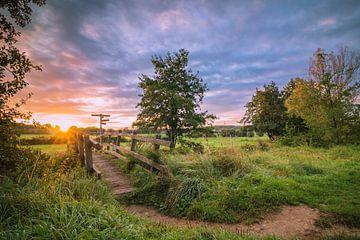 Sonnenaufgang an der Brücke in Mechelen, Limburg, Niederlande von Rick van Geel