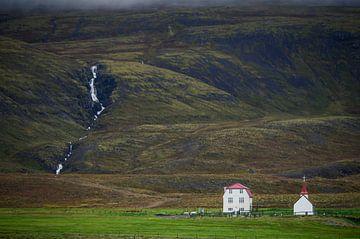 Kerkje aan de voet van de berg van Marlies Reimering