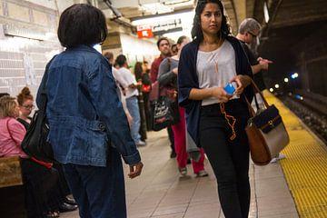 New Yorkers wachtend op de metro bij 96th street van Diewerke Ponsen