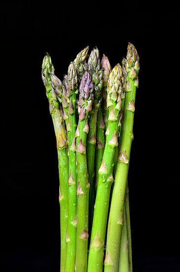 Groene asperges op zwarte achtergrond van 7Horses Photography