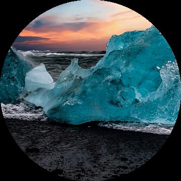 IJsbergen op strand IJsland van Gert Hilbink