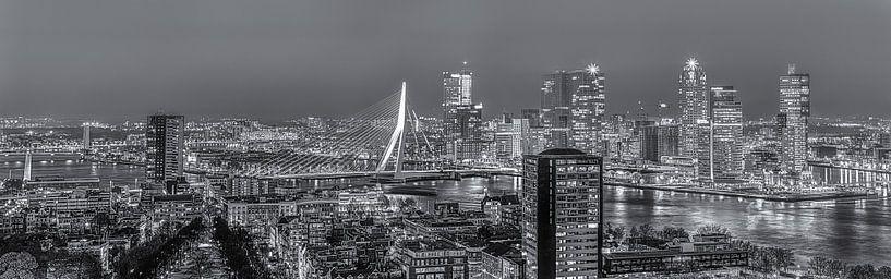 Nachtpanorama skyline Rotterdam in zwart-wit van PJS foto