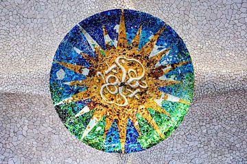 Runde Deckenmosaikfliesen von Gaudi im Guell Park Barcelona von Andreea Eva Herczegh