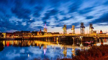 Stadsbrug in Kampen in de avond sur Sjoerd van der Wal