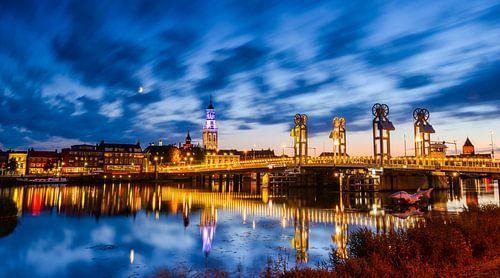 Stadsbrug in Kampen in de avond