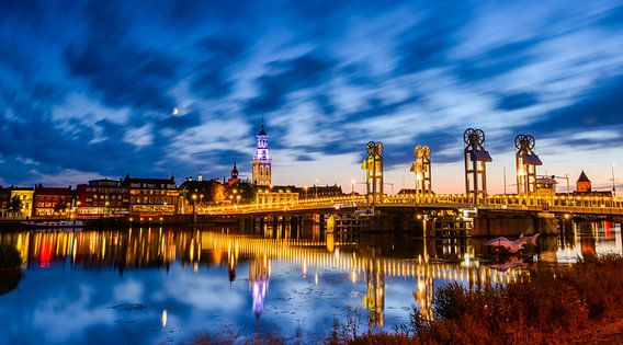 Stadsbrug in Kampen in de avond van Sjoerd van der Wal
