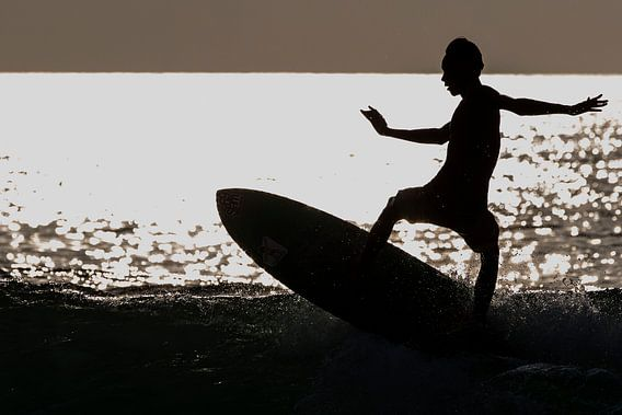 Surfer aan het strand van Seminyak Bali van Willem Vernes
