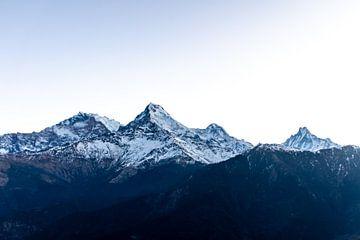 Dunkle schneebedeckte Gipfel am Morgen von Mickéle Godderis