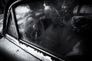 verlassener verwitterter Oldtimer in Schwarz-Weiß, Urbex von Ger Beekes