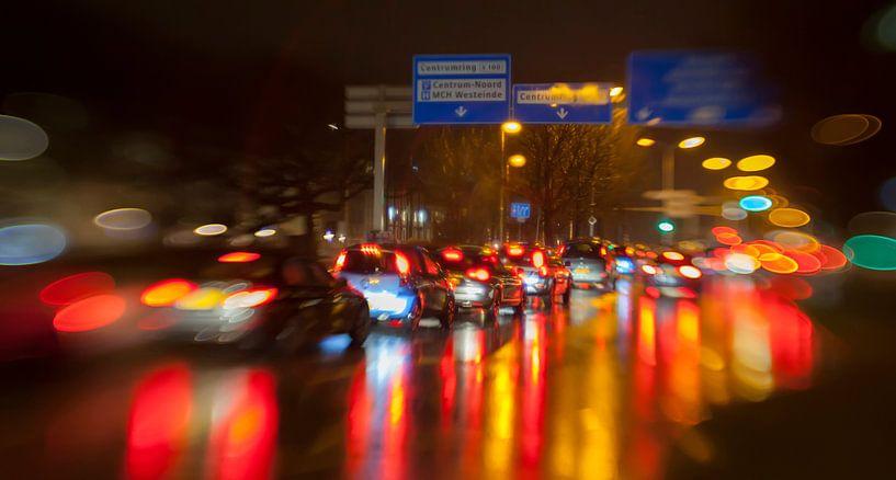 evening traffic light in rain city van Ariadna de Raadt-Goldberg