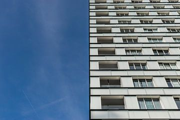 immeuble d'appartements en deux parties et ciel bleu
