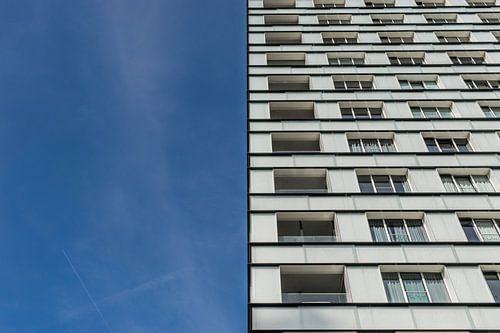 tweeluik wit flatgebouw en blauwe lucht van