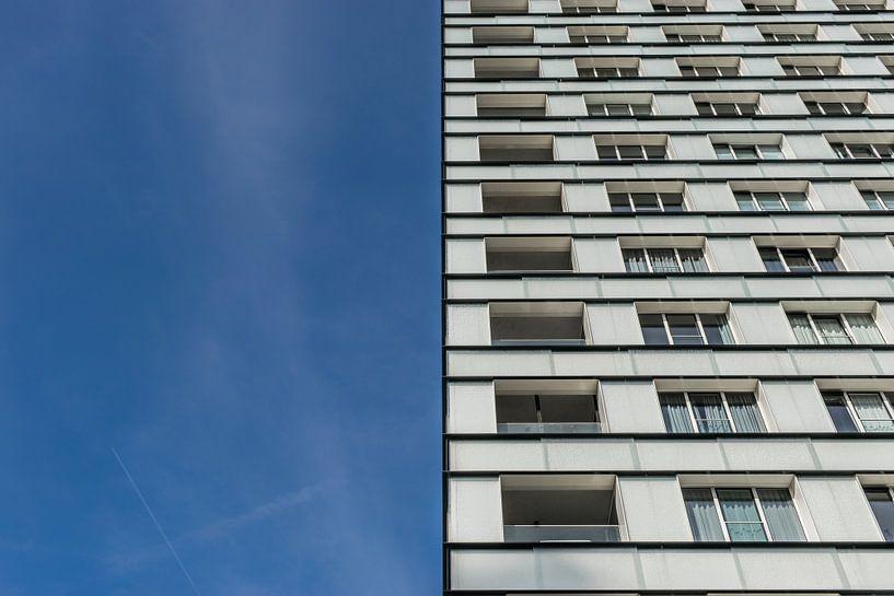 tweeluik wit flatgebouw en blauwe lucht van Patrick Verhoef