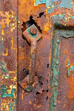 Urbex - Detail einer alten rostigen Tür von Photo Henk van Dijk