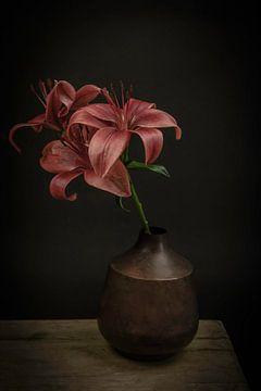 Stilleven met bloemen:  Lelies in een vaas