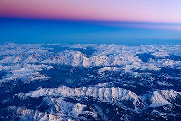 Das Mont Blanc Massiv  im pink farbenem Sonnenuntergang von Denis Feiner